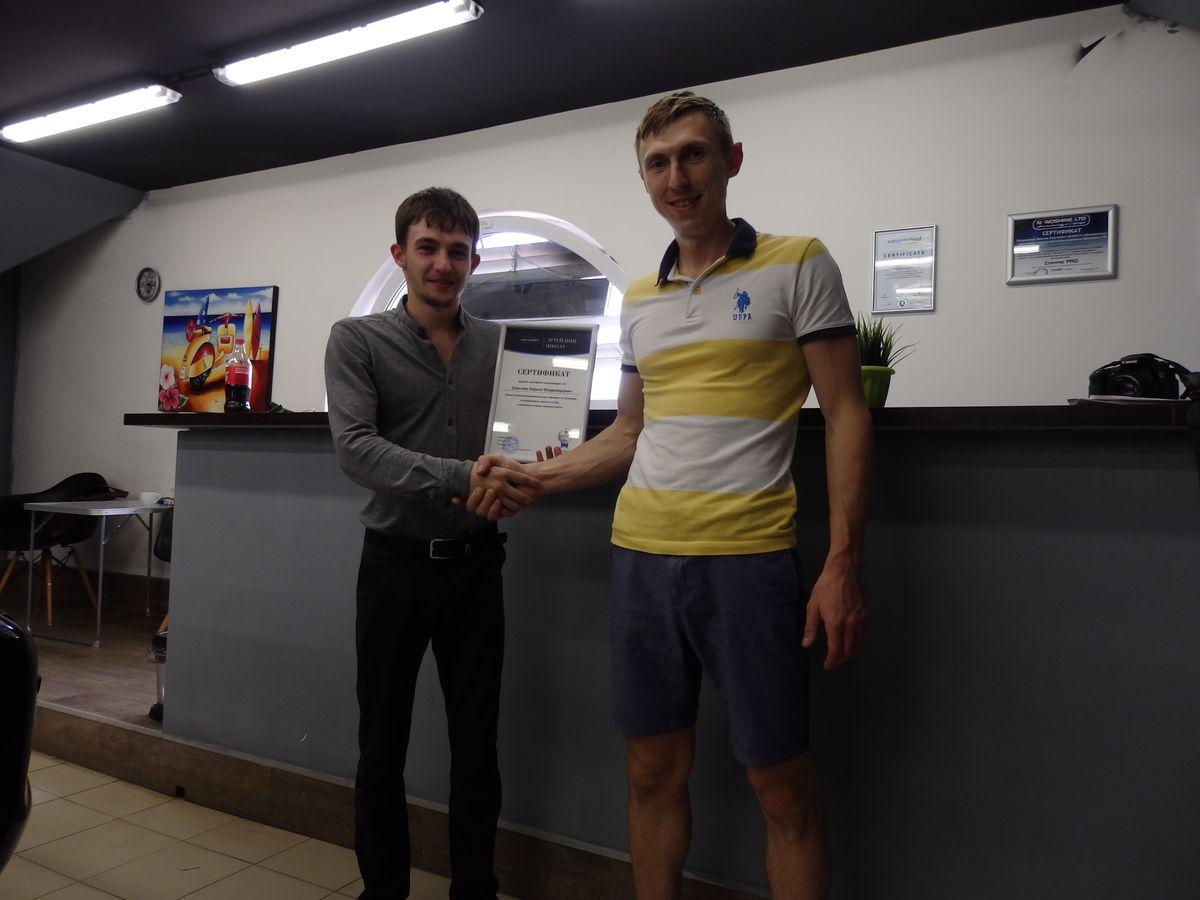 Петриченко Максим вручает сертификат после обучения